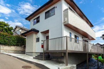 傾斜地の特性を生かしながら、スペイン漆喰と無垢材で描く自然派ナチュラル住宅。